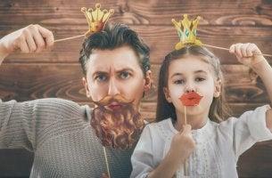 Padre e hija jugando con buen humor