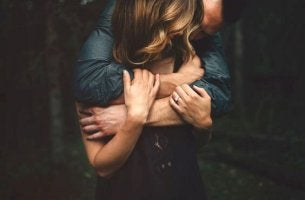 Pareja abrazada que se ama