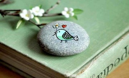 piedra con pájaro pintado representando la bondad