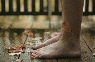 Pies mojados con hojas pegadas