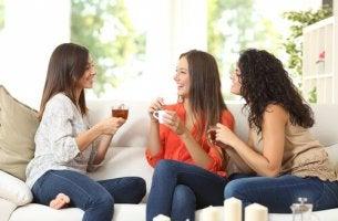 amigas-tomando-cafe-juntas