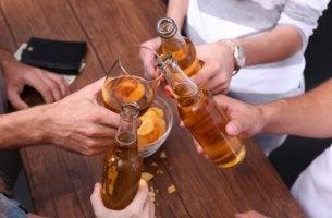 Amigos tomando cerveza representando alcoholismo