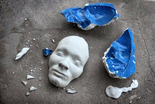 Cara de cerámica rota en el suelo