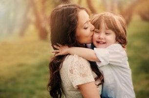 Madre dándole un beso a su hijo