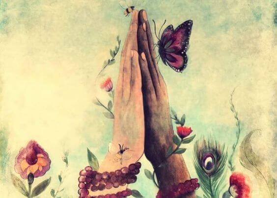 Manos juntas con una mariposa