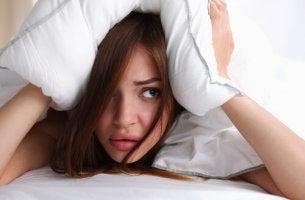 Mujer-con-almohada-en-la-cabez