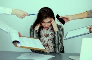 Mujer con estrés por acoso laboral