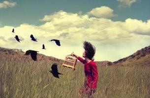 Mujer liberando pájaros