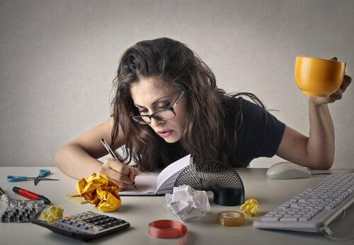 Mujer ocupada haciendo cosas