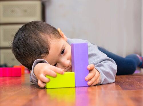 Niños con piezas