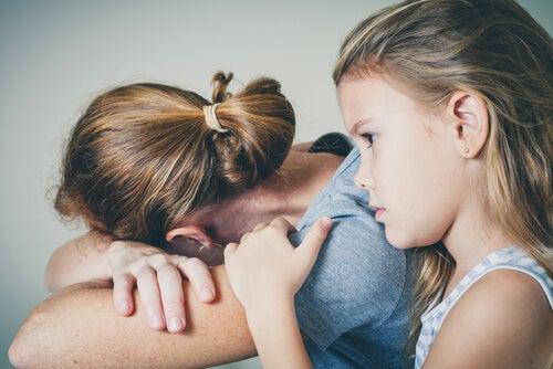 Niña con madre deprimida