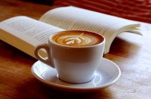 Taza de café con un libro