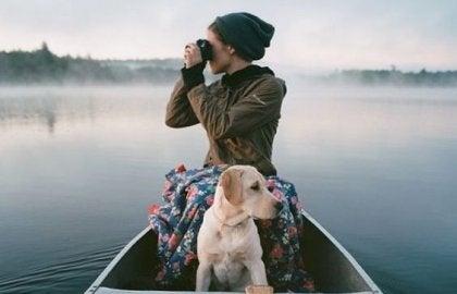 chica en barco con perro