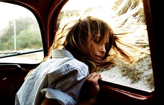 chica en ventanilla del coche