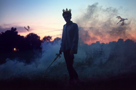 chico con corona