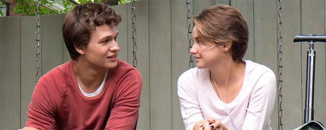 Dos adolescentes mirándose