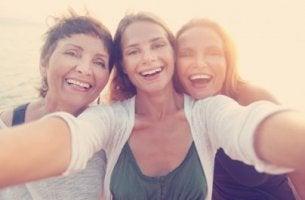 Grupo de mujeres que sonríe a una cámara