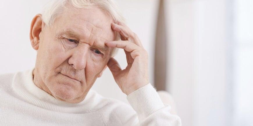hombre mayor con afasia