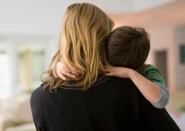 mamá con niño autista