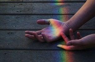manos con haz de luz
