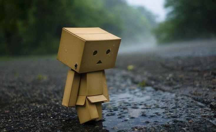 Muñeco de cartón triste simbolizando intolerancia a la incertidumbre