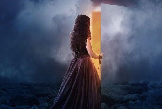 mujer abriendo puerta