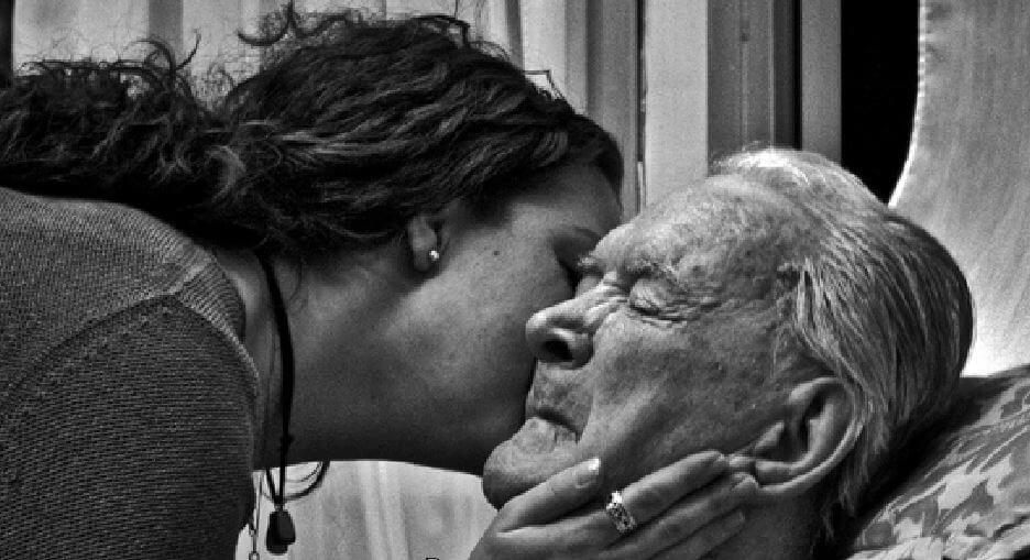 mujer-besando-a-un-padre-anciano