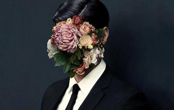 hombre con flores en la cara simbolizando las frases de Nicanor Parra