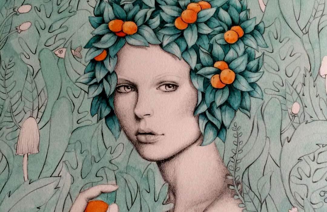 mujer frutas en la cabeza