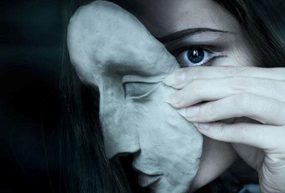 mujer con máscara por falsa autoestima