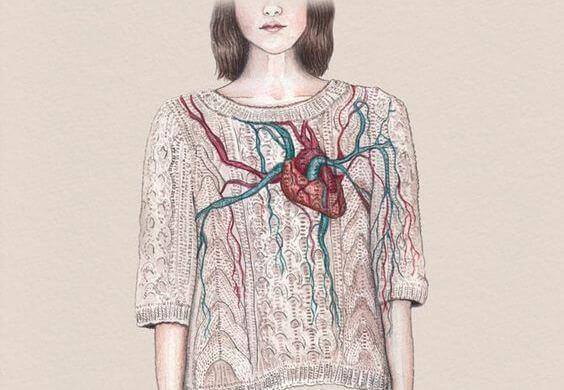 mujer corazón en el sueter