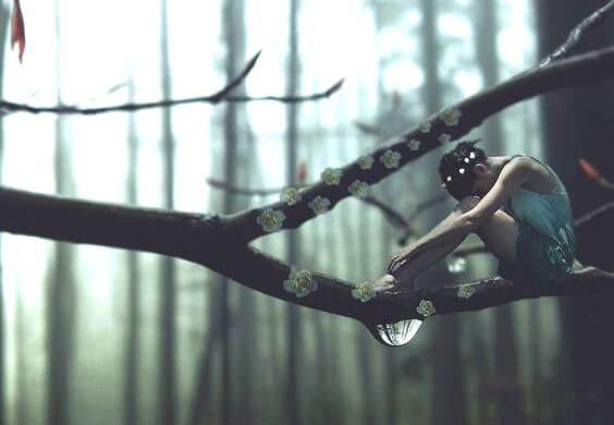 Mujer en un árbol llorando por mal de amores