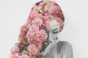Mujer con flores en el pelo dejándose sentir
