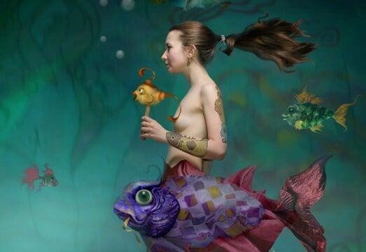 mujer océano con pez