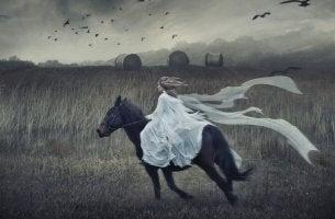 Mujer de aquelarre corriendo