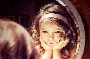 niña ante el espejo