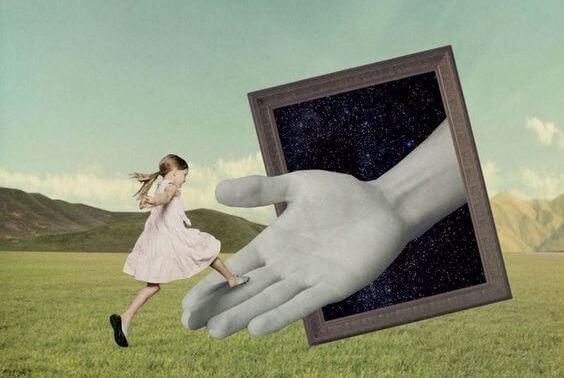 niña saltando mano