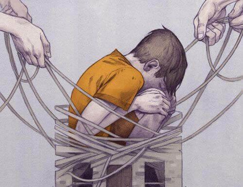 Niño atrapado entre cuerdas