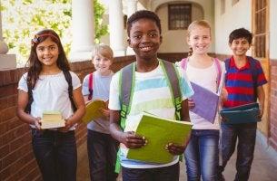 Niños felices saliendo de clase