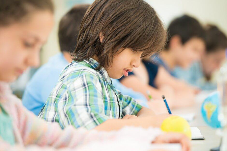 Niños haciendo deberes simbolizando a los hijos únicos