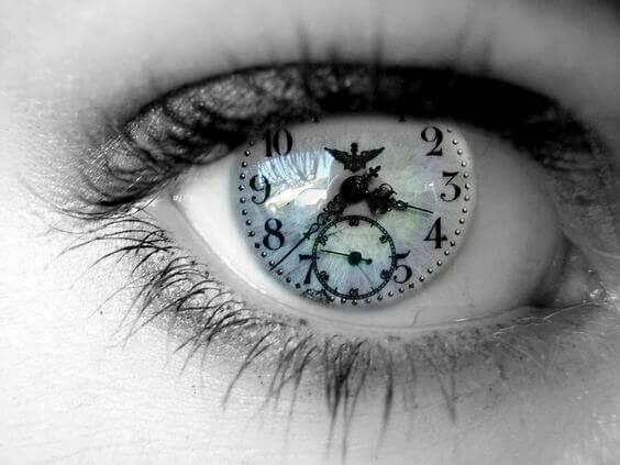 Ojo con un reloj