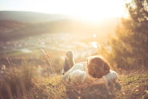 Mujer relajada en el campo