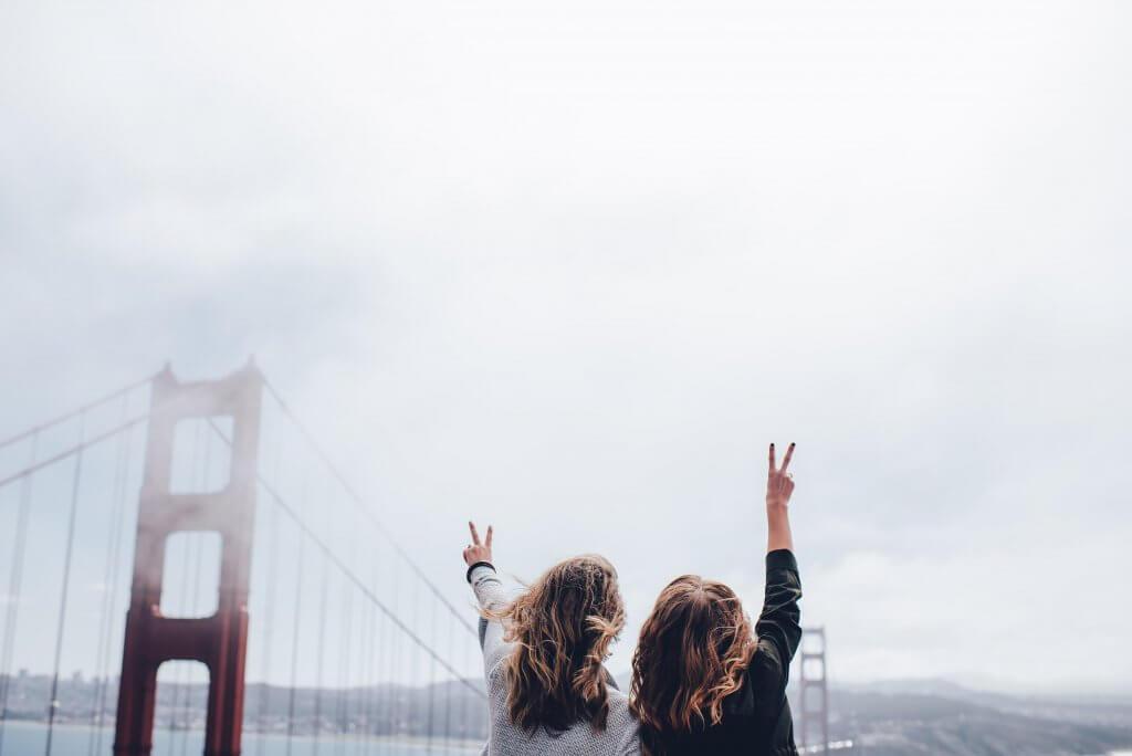 Amigas en un puente
