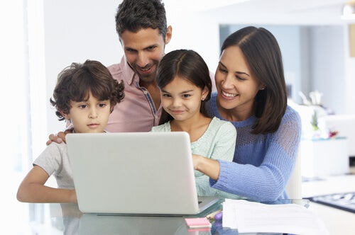 Familia con ordenador