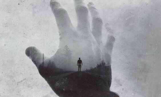 Hombre tras la sombra de una mano simbolizando el objetivo de la terapia junguiana para tratar la ansiedad