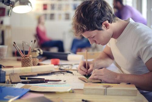 Hombre creando en su estudio