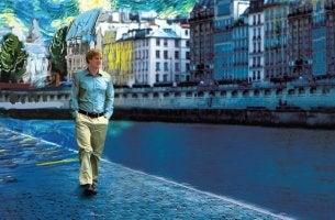 Hombre caminando al lado de un río