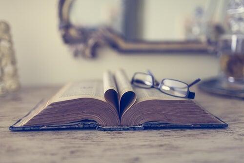 Libro abierto con gafas