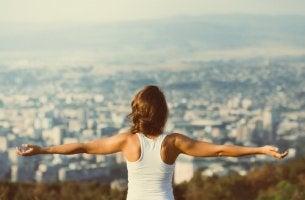Mujer pensando en la motivación equilibrada