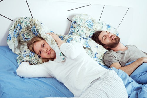 Mujer sin dormir en la cama